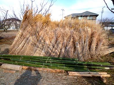 学園の子供たちが用意した屋根葺き材料の茅と竹
