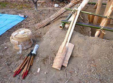 弊社職人が準備した道具(ハリ、コテ、ハサミ)