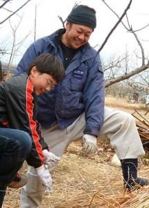 弊社の茅葺き職人・加々美栄の指導で茅葺の実習が始まった
