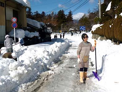 翌16日(日)は地域住民の手で、午前中から道路の雪かきです、このサングラスをかけた強そうな姉御が私の妻です
