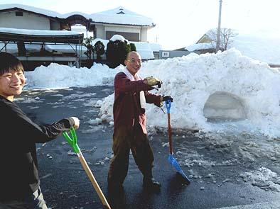 日曜日なのに、近くに住む岡(右)・柳通両監督が午後から出社して雪かきを手伝ってくれました