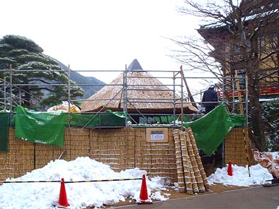 ホテルの景観に配慮して、工事中の仮囲いには葭簀(よしず)を使用