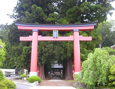 世界遺産「河口湖浅間神社」の参道にある大鳥居 神社参拝の折には、ぜひお立ち寄りください