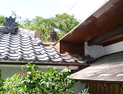 的確に行われた本堂裏の位牌堂屋根との取合いの雨水処理