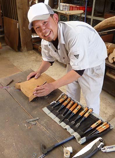 伝匠舎の若手大工の伊藤君、人形作りの指導に当たりました