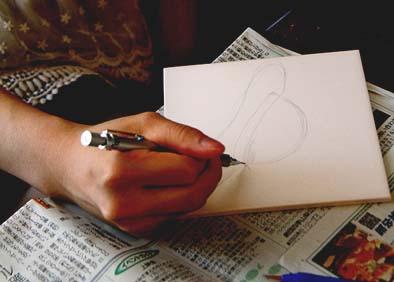 まず最初に既成のマットタイル(白)に鉛筆で下絵を描きます