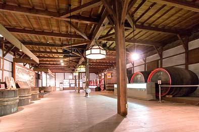 現在の醸造所内観、小屋裏のトラス構造が見えない