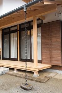 竣工外観 縁先 アルミの戸袋には木製の鏡板が、掃出しサッシには換気窓が付いている