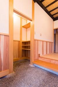 竣工内観 玄関から仕組まれた下足収納部屋を見る