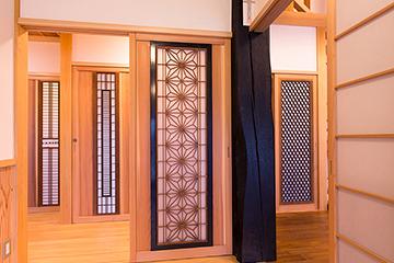 竣工内観 玄関から見える大黒柱と古欄間を使った4枚の建具