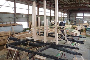 作業場で仮組された梁の架構と小屋組み