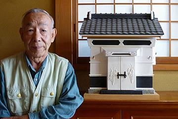 玄関先に飾られた蔵と作者の前田征一郎さん 屋根や壁には黒漆喰を使っているそう