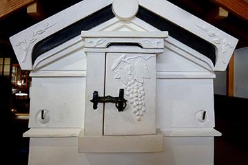 扉には蔵の金物と精緻な漆喰絵が描かれている
