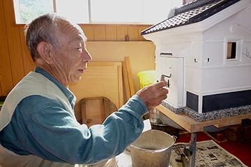 工房で蔵の製作をしている前田征一郎さん  「蔵には個性(くせ)が表れる、誰がやったかわかる」とのこと