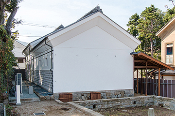 修理工事が完成した白蔵外観(北東面)
