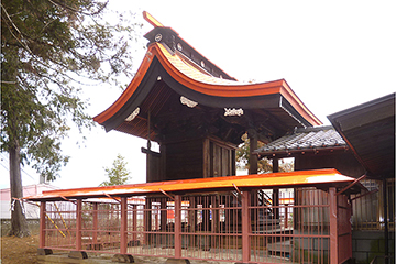 修理工事が完了した諏訪神社本殿と玉垣(南西面)