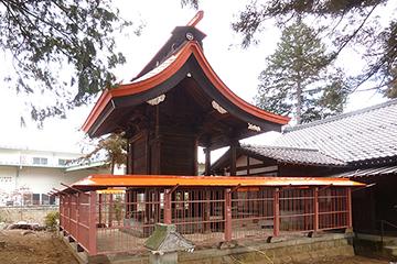 修理工事が完了した諏訪神社本殿と玉垣(北西面)