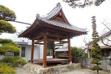 修理工事が完成した長慶寺の鐘楼堂