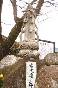鐘楼堂の傍らに立つ笛吹権三郎の石像