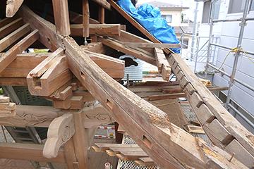 鐘楼堂の屋根の4分の1を半解体する大規模な修繕工事