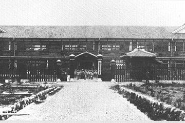 1905年 旧旧旧 日川高校校舎 明治35年に初代校舎新築。34年後の昭和14年に旧旧校舎が改築落成。