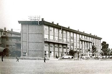 1970年 旧 日川高校校舎 旧旧校舎から31年後に鉄筋コンクリートの旧校舎が落成。その34年後には現在の校舎が完成。日川高校校舎の平均寿命は33年。