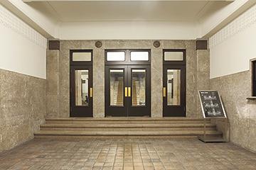 玄関ホール 弊社は木製建具の修理を担当