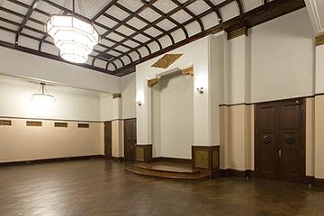 旧正庁 最も格式の高い部屋として重要な式典などに利用された。弊社は天井補強、床大規模修理、演壇新設、木製建具修理などを担当