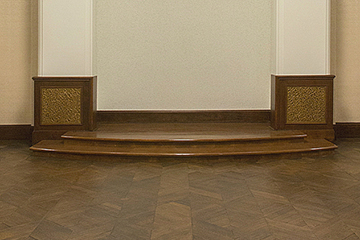 演壇を欅(ケヤキ)材で新設 床は矢羽根の寄木張り仕上げ