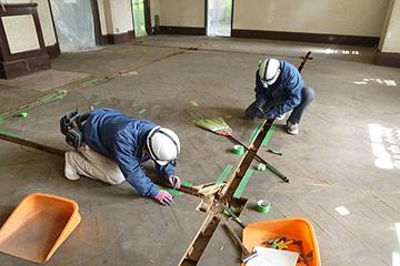 旧正庁 床の修理工事を始める