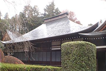 屋根の修理工事が完了した本堂