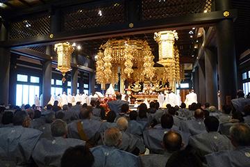 豆まきの前には、大勢の僧侶・年男・檀信徒が本堂に集まって…