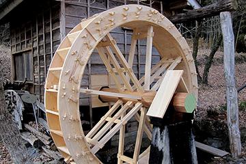 竣工、取り替えが完了した水輪と芯棒