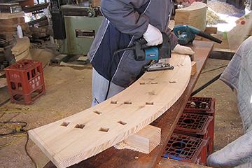 水輪の則板を加工する
