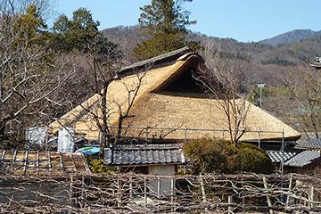 葺き替えの完了した茅葺き屋根