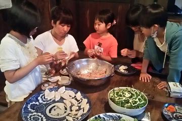馬淵さんの指導で、料理を手伝う子どもたち