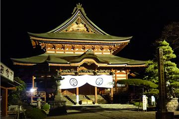夜間照明に照らされる甲斐善光寺金堂。 その高さは長野の善光寺をも上回る