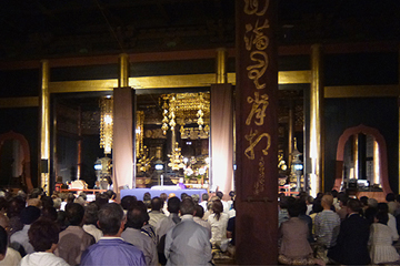 5月23日(土) 法要のために堂内に集まった檀信徒