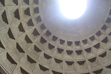パンテオン神殿ドーム天井を見上げる (コンクリート造、鉄筋が入っていない)