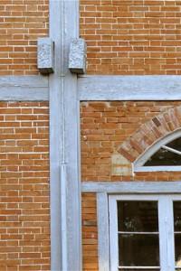 窓上のアーチは、上部の荷重を窓からそらし窓の両端の壁に伝えている