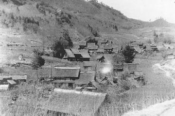 昭和20年代の上条集落。 茅葺き民家が連なる様子が見える。