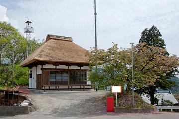 平成21年、NPO山梨家並保存会によって茅葺き屋根に葺き替え修復された観音堂。 (弊社社長の石川がNPO代表を務めています)