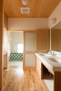 竣工 洗面脱衣所の奥に浴室