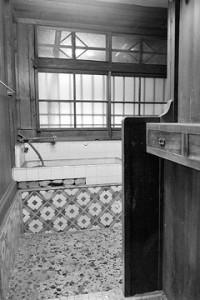 移築前の浴室、昔タイルを生かし取りし再使用した