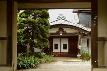 長屋門から見る唐破風をイメージされる玄関の屋根構え。 妻壁には家紋の入った蟇股も?