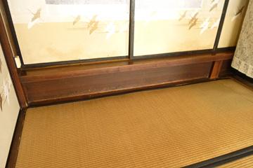 4枚の襖の下に板腰壁の結界あり。 初めて見る遺構…?