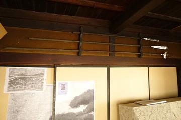 正面欄間部に架かる三本の槍。 権威の象徴か?