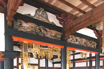 竣工内観 江戸初期と言われる内陣組み物と彫刻