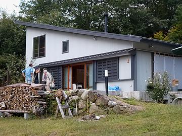 2837山荘は銀色の角波鉄板の外壁