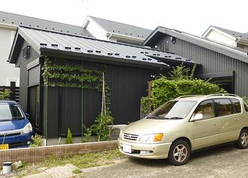 濃いグレーの角波鉄板の外壁(鎌倉にて撮影)